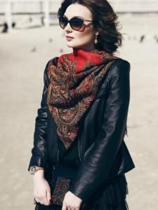завязать шарф или платок на шее
