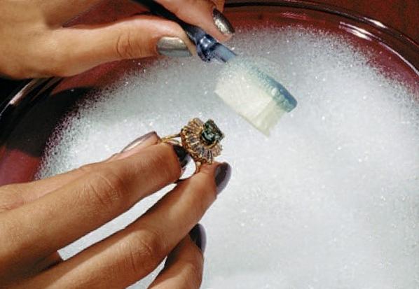 Как очистить серебряные ювелирные изделия с эмалью?