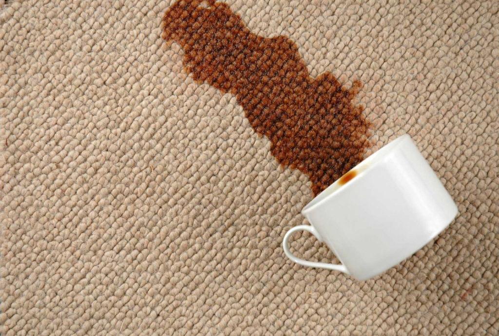 свежее пятно на ковре