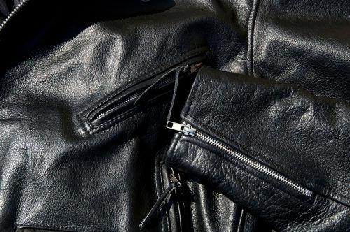 черная кожана куртка