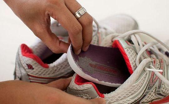 вынять стельки из кроссовок