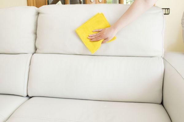 удаление пятен с мягкой мебели в домашних условиях