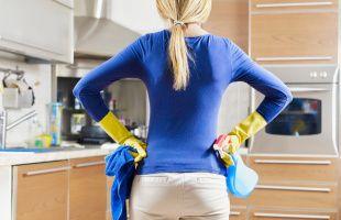 отмываем кухонные шкафчики от жира и грязи
