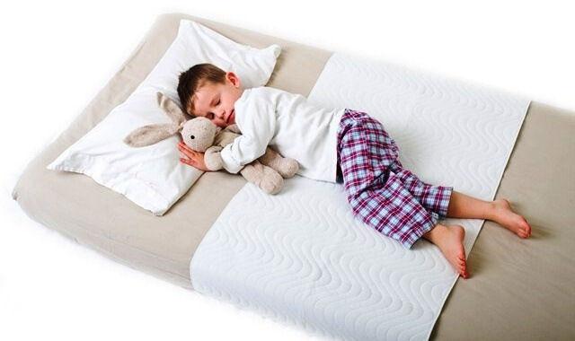ребенок спит на матрасе