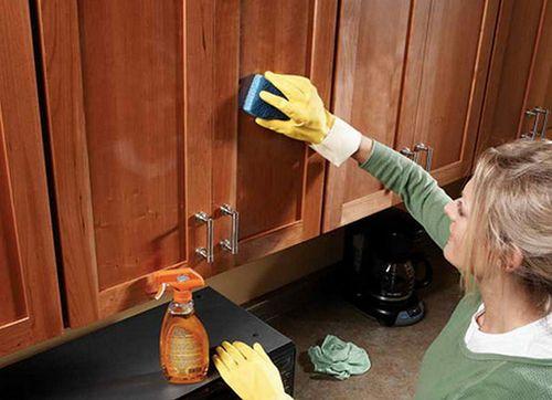 мытье кухонных шкафов от жирных загрязнений