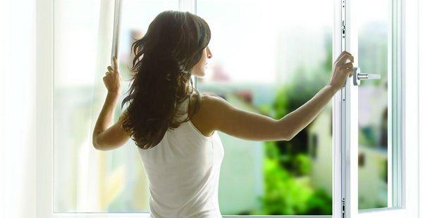 открытые настеж окна для проветривания квартиры