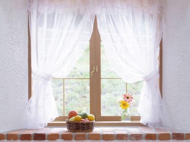 чистые шторы на окне