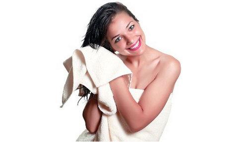 промакивание волос полотенцем
