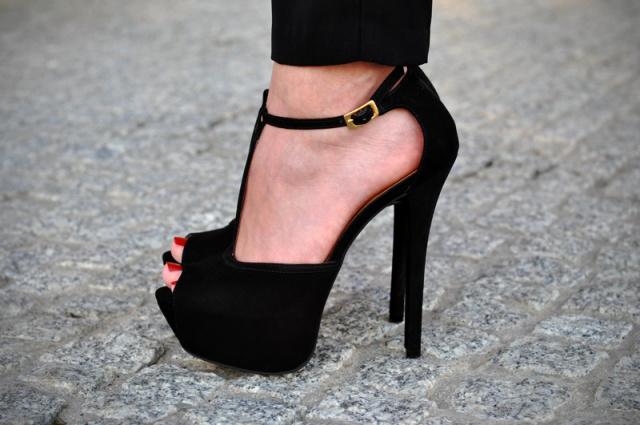 правильная стойка на высоких каблуках